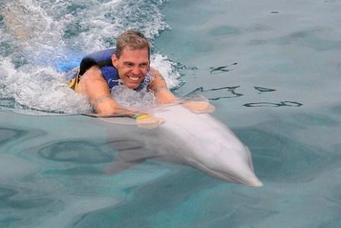 Im Schlepptau von einem Delphin