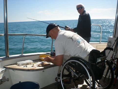 Hier bastelt Toni fachmännisch die Montage auf den Blaufisch.