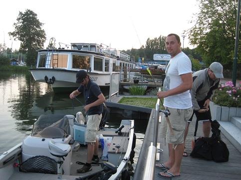 Hier machen Angler ihre Gräte klar und gleich gehts hinaus auf dem Plauer See zum Fischen.
