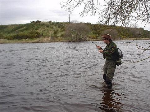 Die Rute krümmt sich, der Fliegenfischer hat einen Biss.