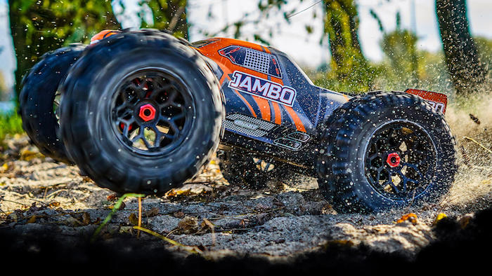 Team Corally Jambo XP 4WD Brushless Stunt Truck in scala