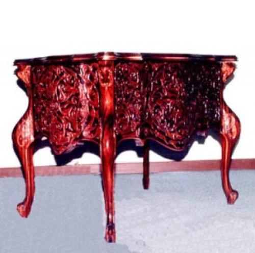 Ahşap oyma sanatının inceliklerinin sergilendiği güzel bir ahşap oyma masa...