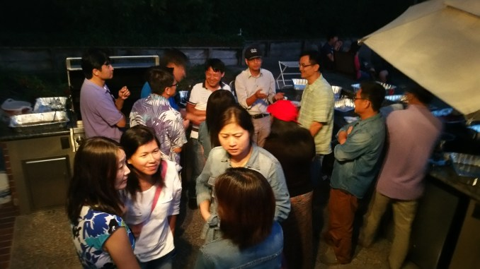 大人们聚在一起享用由良友B组提供的丰盛晚餐,越吃到最后越香!