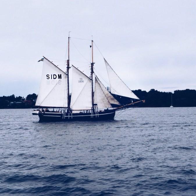 Segelboot auf den Schäreninseln in Schweden