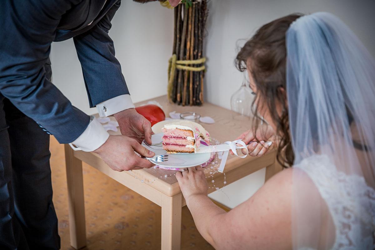 Hochzeitsfotograf Hamburg Hochzeitstorte anschneiden