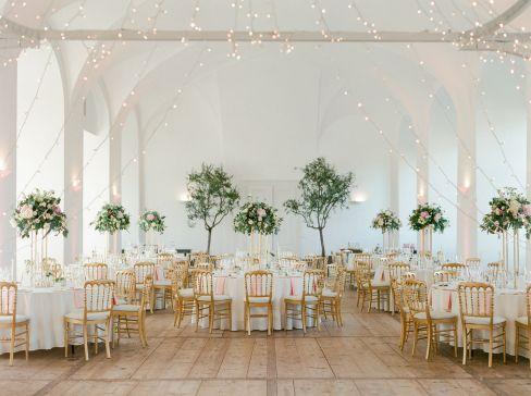 Hochzeit SchloHohe Blumengestecke auf goldenem Metallgestellss Walpersdorf