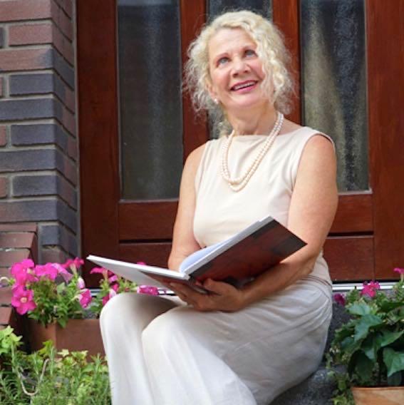 Hochzeitsrednerin Andrea Zylka sitzend