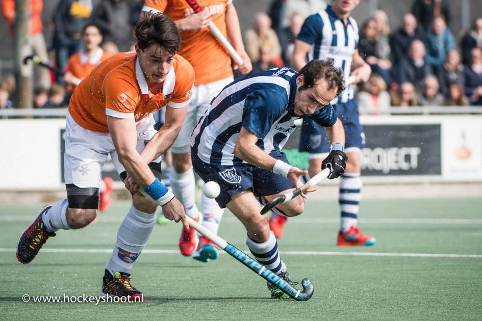 Tim Swaen van Bloemendaal in strijd met Pieter van Straaten van hdm.