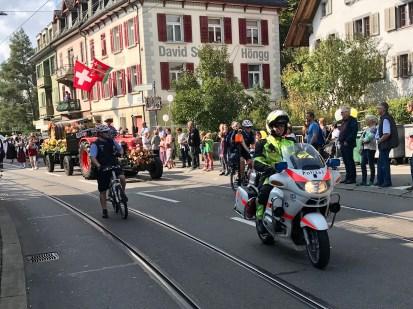 Und wieder retour:Stadtpolizei Zürich an der Umzugs-Spitze - Wümmetfäscht-Umzug 2017.