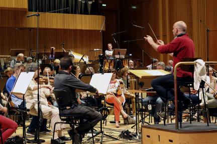 Arjan Tien (Dirigent) und das WDR Rundfunkorchester während der Aufnahmen der Komposition für das Hörspiel