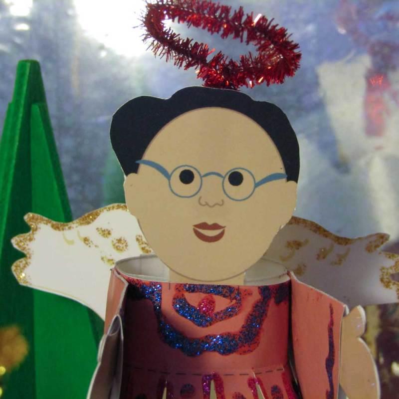 Engellaterne. Dieses Engel trägt eine Brille und ein glitzerndes Engelskleid. Es ist ein kleines Lampion