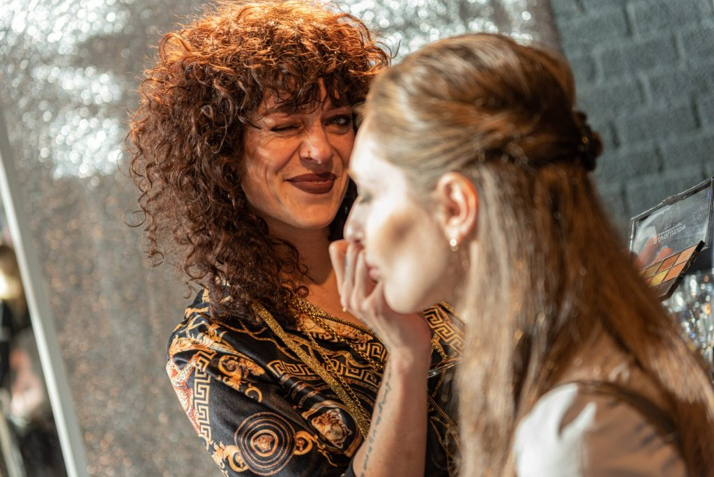eventfotograaf maakt foto van stylist op beurs