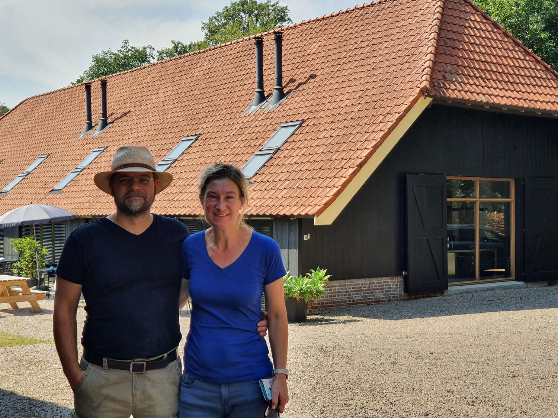 Een kijkje op een boerenerf met luxe lodges in Azelo/Delden