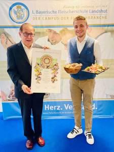 Prof. Manfred Winkler (l.) überreichte Thomas Profanter das Fleischsommelier-Diplom.
