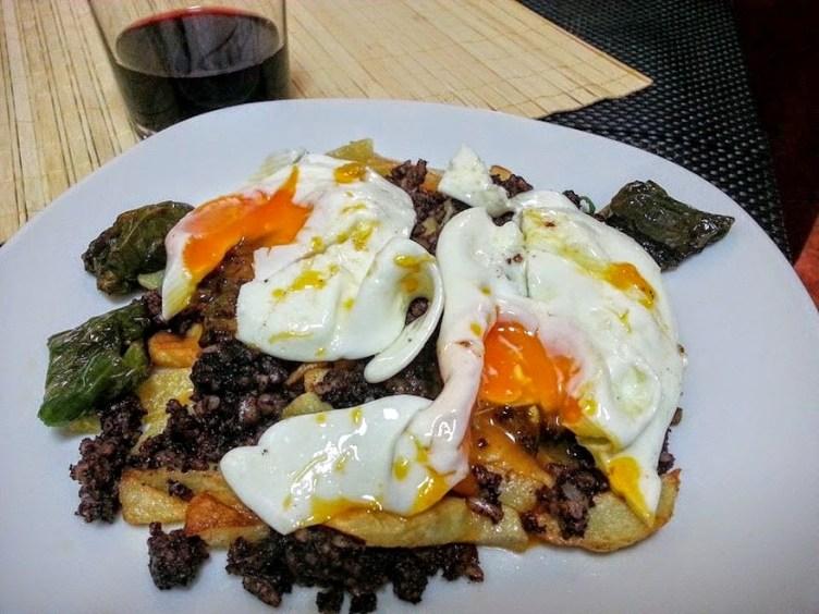 huevos-rotos-con-morcilla-la-cocina-de-pedro-y-yolanda