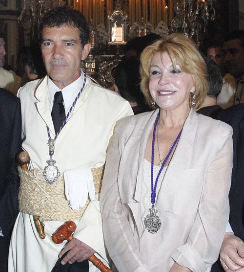 El actor malagueño junto a la Baronesa Thyssen, que también participó en la procesión