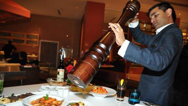 Restaurant waiter - HolarBlog