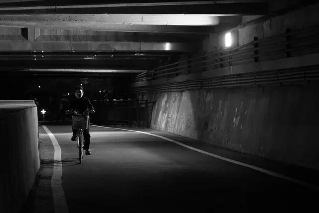 Un paseo nocturno al lado del río