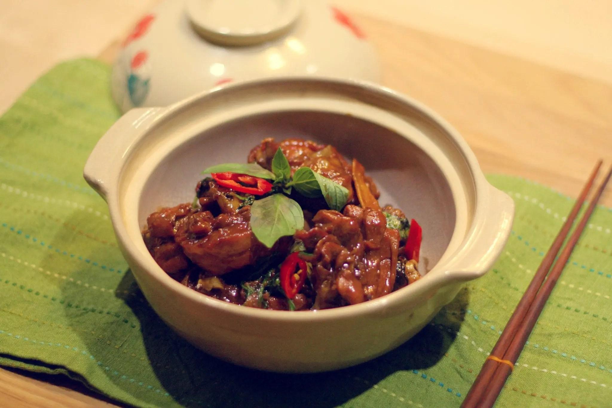 Pollo a las 3 copas en la clase de cocina taiwanesa