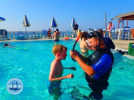 Diving in swimmingpool