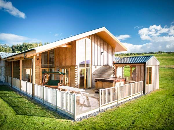 best cabins in Scotland - Aurae Cawdor Inverness exterior with hot tub