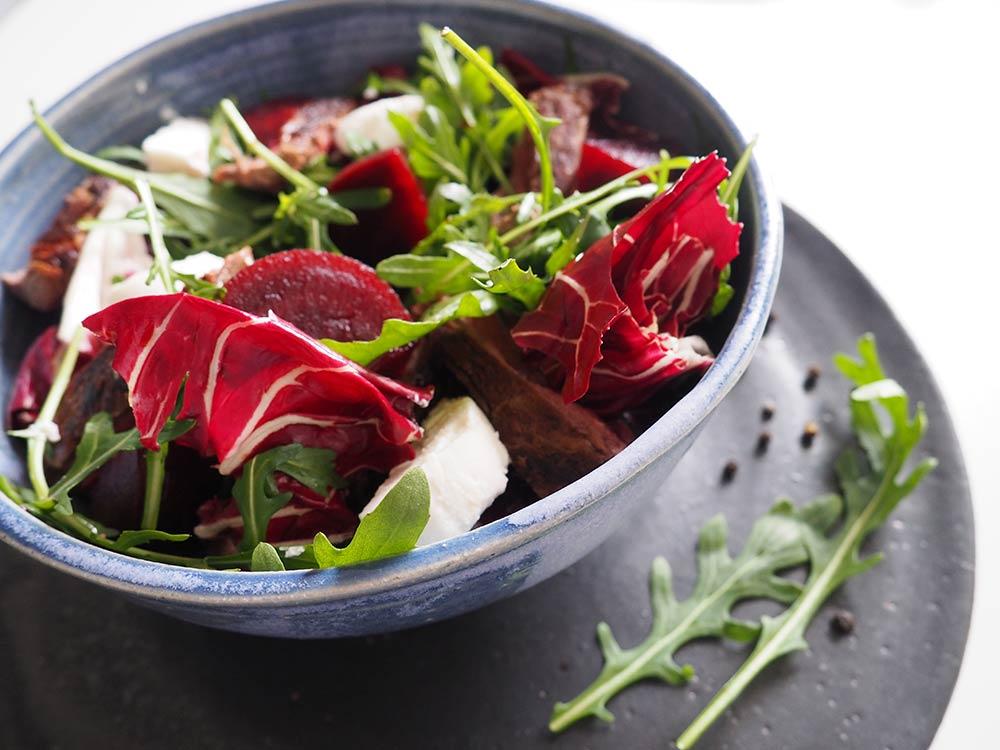 Salat mit Rote Bete, Rucola, Steak und Ziegenkäse