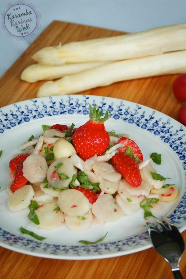 Spargelsalat mit roh mariniertem Spargel und Erdbeeren