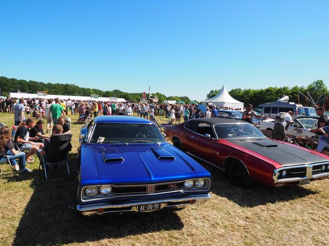 Amerikaanse auto's en volop muziek in Waarland (Foto: CBSS)