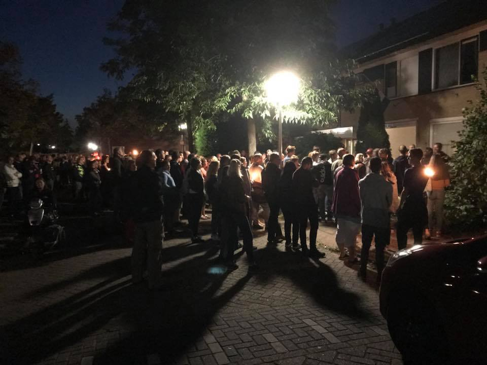 Honderden mensen gaven gehoor om deel te nemen aan de stille tocht (Foto: Mary van Gent)