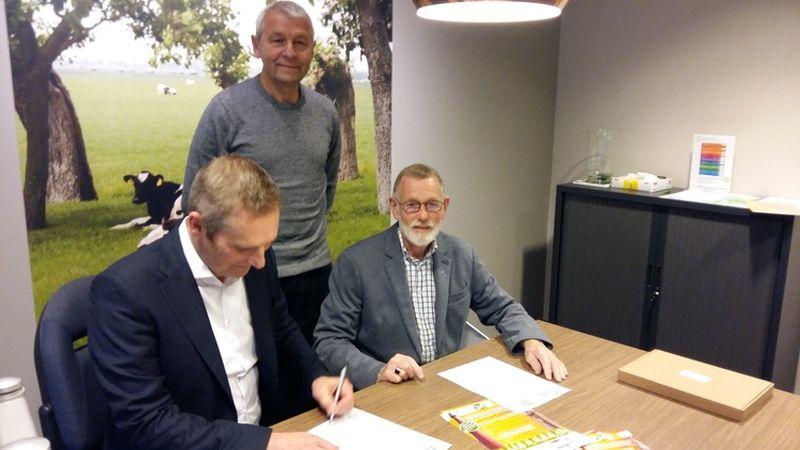Ondertekening hoofdsponsorcontract door Frank Blokker (Univé), Ab Hoek - staand (TAS'82) en Co Wiskerke (TAS'82). (Foto: aangeleverd)