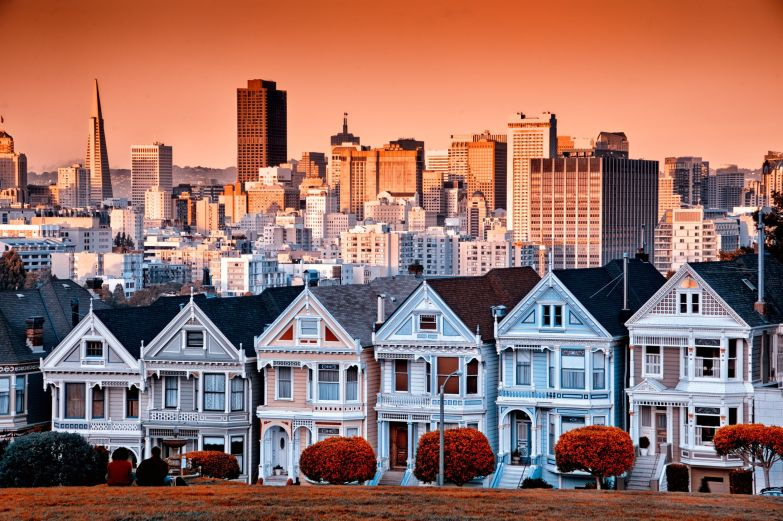 Victorian-homes-on-Steiner-Street-and-the-San-Francisco-skyline-from-Alamo-Square-Park