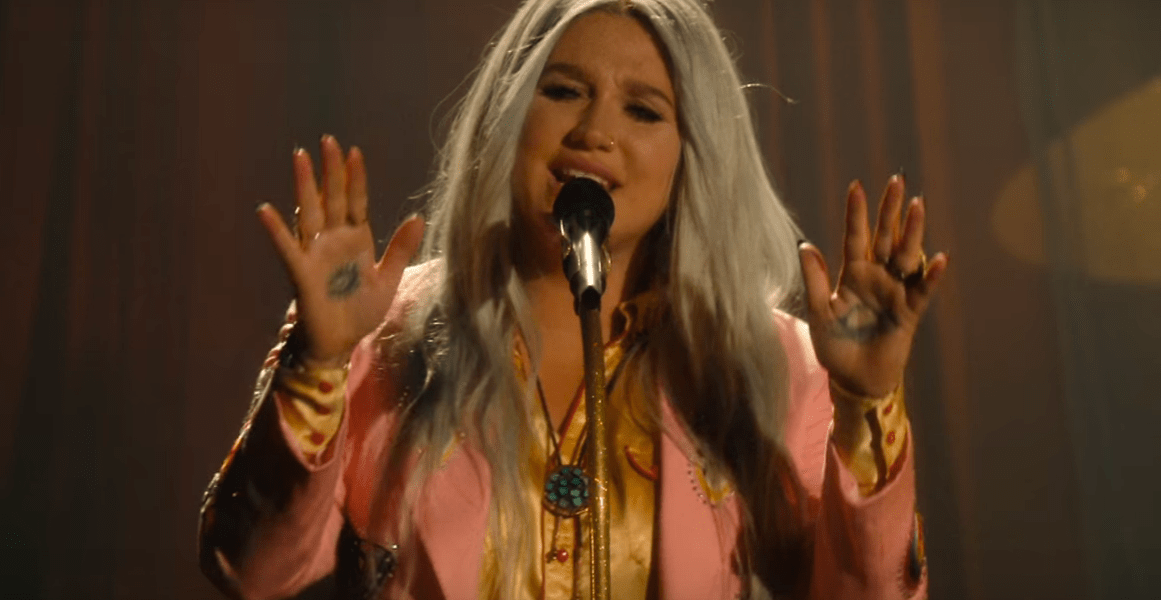 "Kesha performt ihren Song ""Hymn"" aus ""Rainbow"" für YouTube"