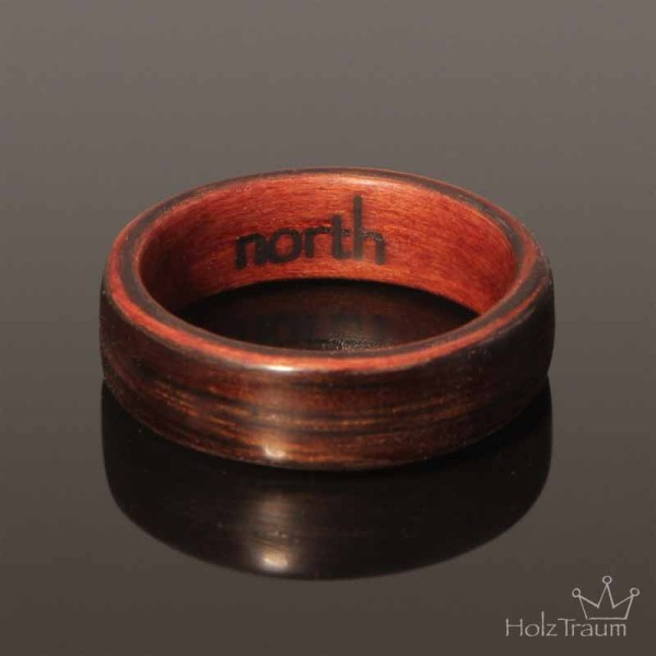 dunkler Bentwood Ring mit Gravur im Ring Holzringe Verlobungsringe aus Holz
