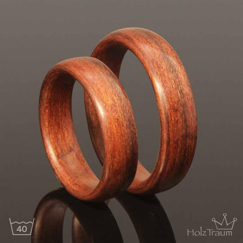 zwei rotbraune Holzringe aus Apfelholz