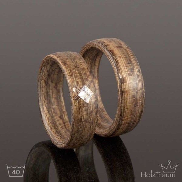 graue Holzringe aus Moorulmenholzmit Zirkonia Stein