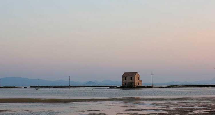 Casas solitarias en medio de la nada