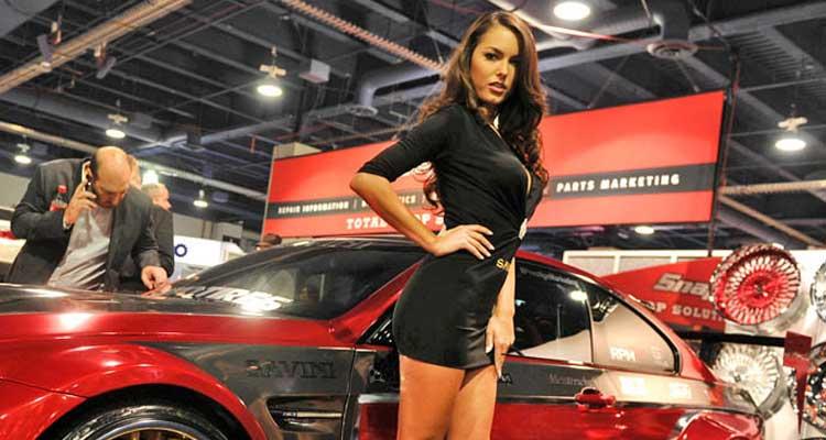 Chicas y coches en SEMA 2014