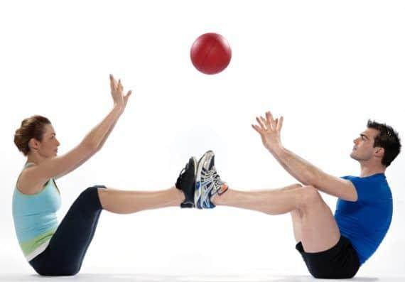 Ejercicios para dos: desarrolla fuerza y equilibrio junto a tu pareja