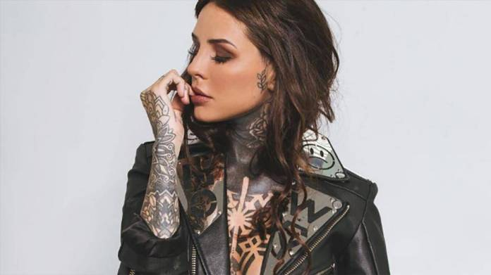 La chica sexy que tiene medio cuerpo tatuado