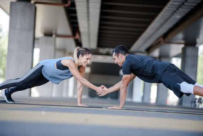 Los 6 mejores ejercicios en pareja para los abdominales