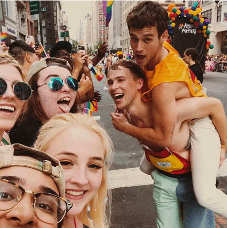 Los actores de Por 13 razones lo dan todo en el Orgullo Gay