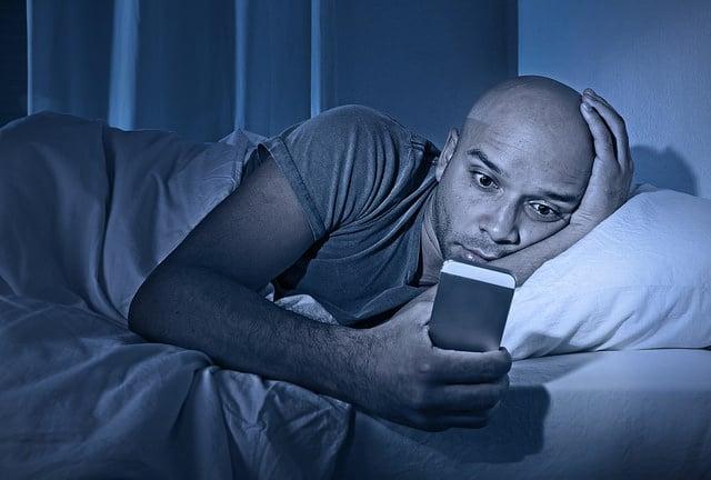 Si quieres vivir, deja de dormir con el móvil