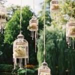 鳥かごで草花を飾る