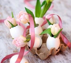 卵の殻に花を飾る