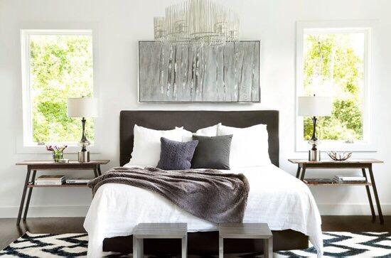 ベッドサイドテーブルは左右対称に