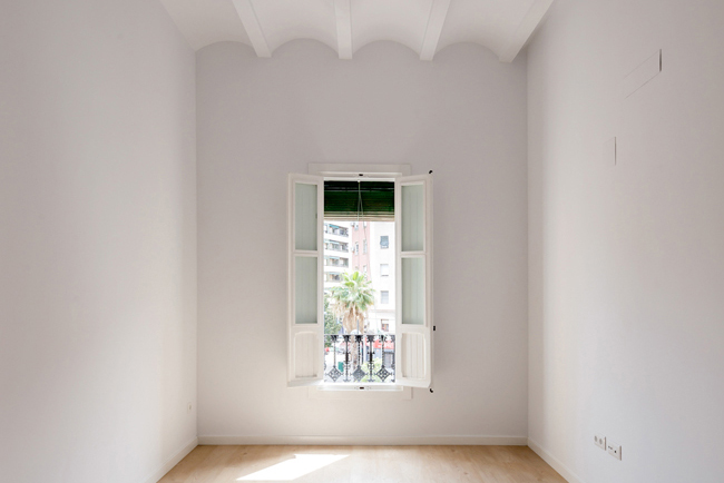 BEFORE AND AFTER REFURBISHMENT OF OLD AND CHARMING APARTMENT A classic renovated with elegance in Valencia city center