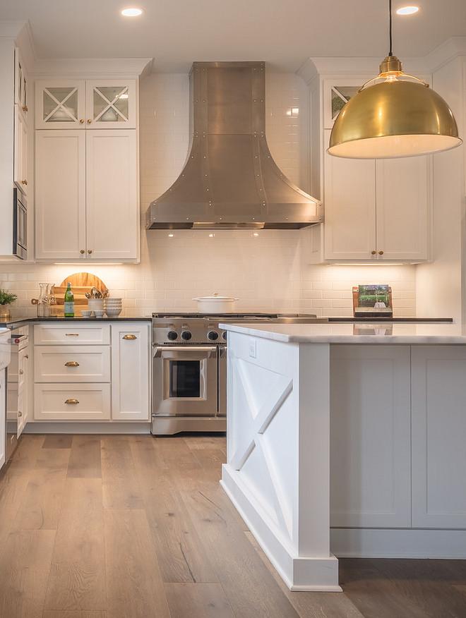 White Kitchen Farmhouse This white farmhouse kitchen features a x side island White Kitchen Modern Farmhouse kitchen with x side island