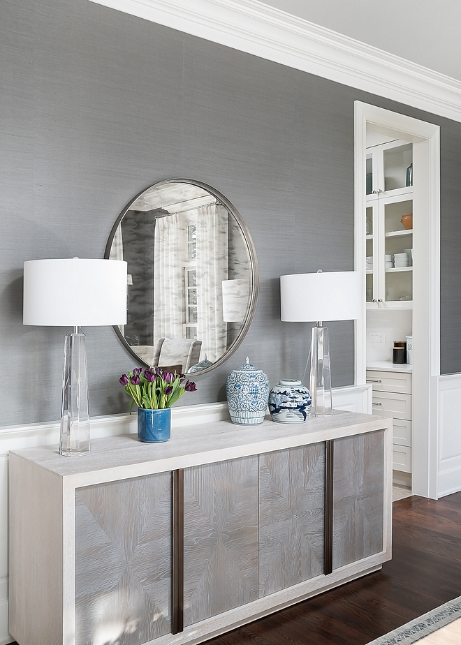Dining room mirror A round mirror creates some balance and reflects the natural light in this dining room #diningroommirror #diningroom #mirror #roundmirror