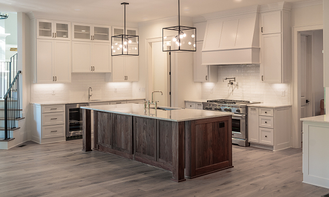 Modern Farmhouse Kitchen This modern farmhouse kitchen comes with a big island, a walk-in pantry and two sinks so more than one person can cook at the same time #modernfarmhousekitchen #modernfarmhouse #kitchen