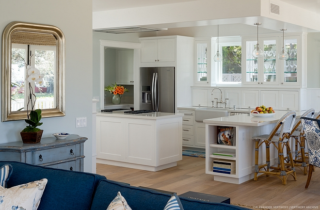Small kitchen This small kitchen features some brilliant ideas It has two peninsulas - one for cooking and the other for seating - and glass cabinets above the sink don't obscure the natural light coming from the windows #smallkitchen #kitchenpeninsula